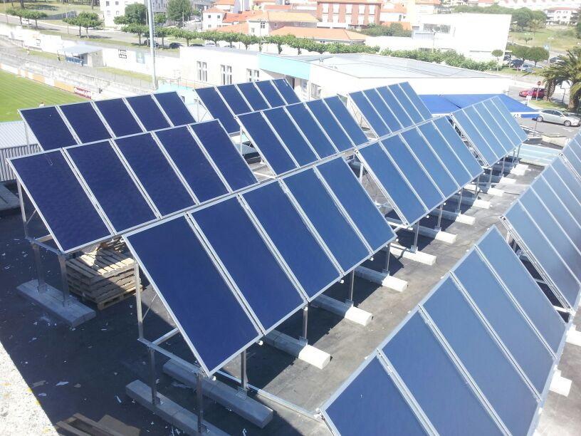 A piscina municipal estrea os paneis solares que for Piscina solares